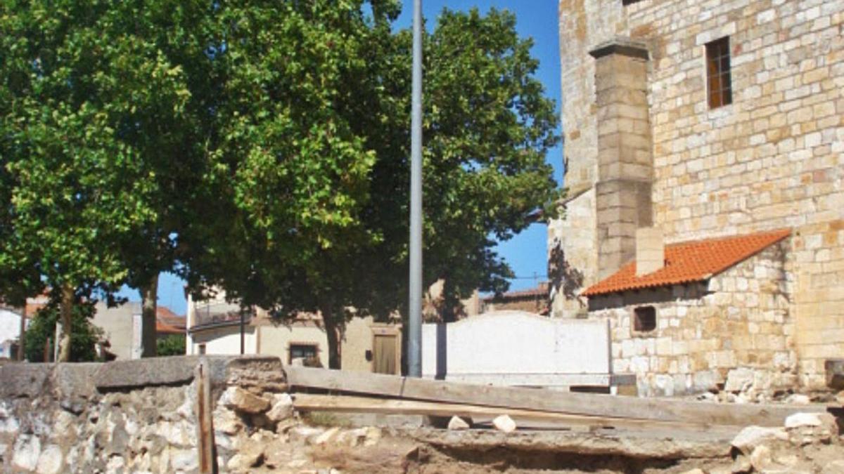Iglesia de Almaraz, junto a la Plaza Mayor que el Ayuntamiento recuperó mediante un pleito.