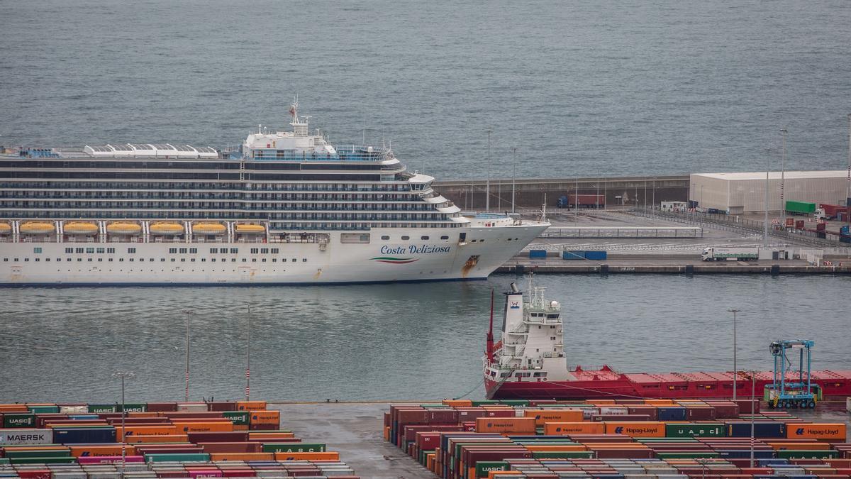 Imagen de un crucero atracado en el puerto de Barcelona.