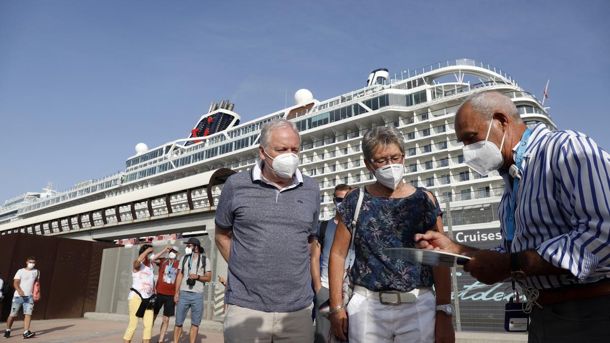 Turistas saliendo del buque crucero Mein Shiff 2, que ha llegado de la primera escala a el puerto de Málaga, para visitar la ciudad a 15 de junio del 2021 en Málaga, Andalucía, España.