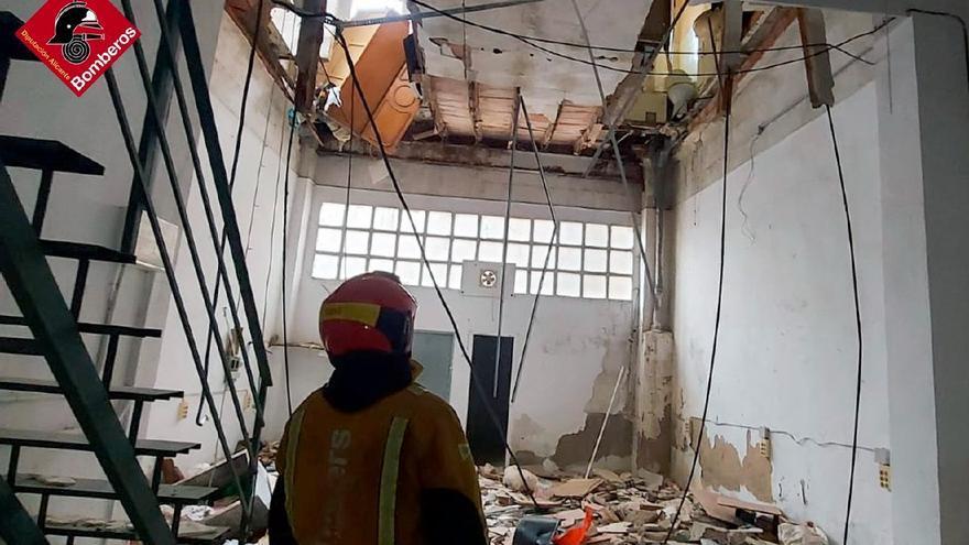 El suelo del patio de luces de un edificio de Elda se derrumba sin causar heridos