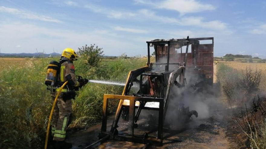 Crema totalment un tractor a la Tallada d'Empordà