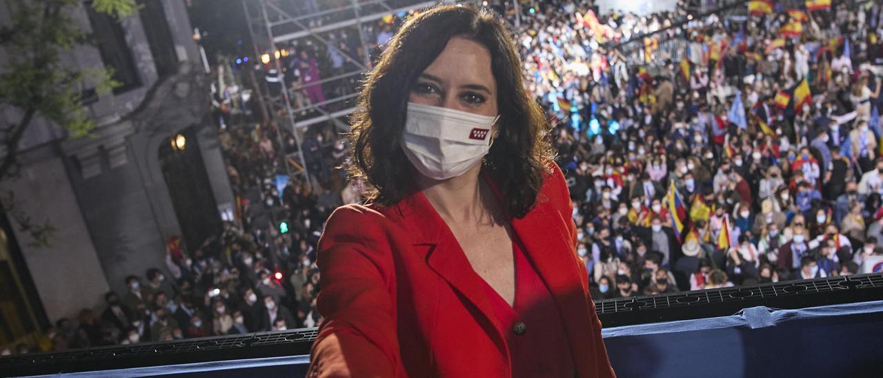 Isabel Díaz Ayuso en la noche electoral en el balcón de Génova