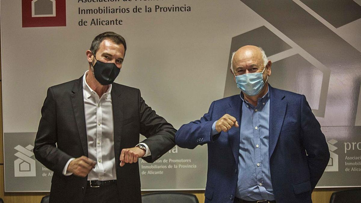 El nuevo presidente de Provia, Pedro Javier Soliveres, junto a su antecesor, Antonio Fernández.