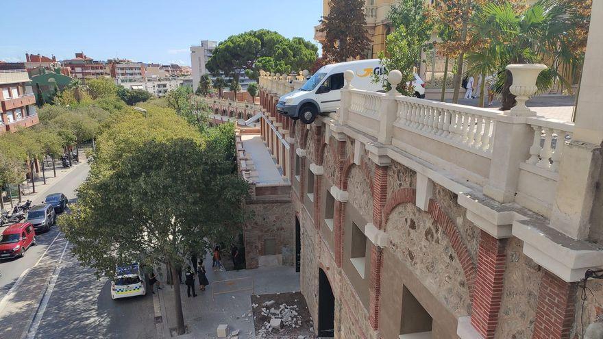 Ensurt a Barcelona per una furgoneta a punt de precipitar-se al buit des de dos pisos d'altura