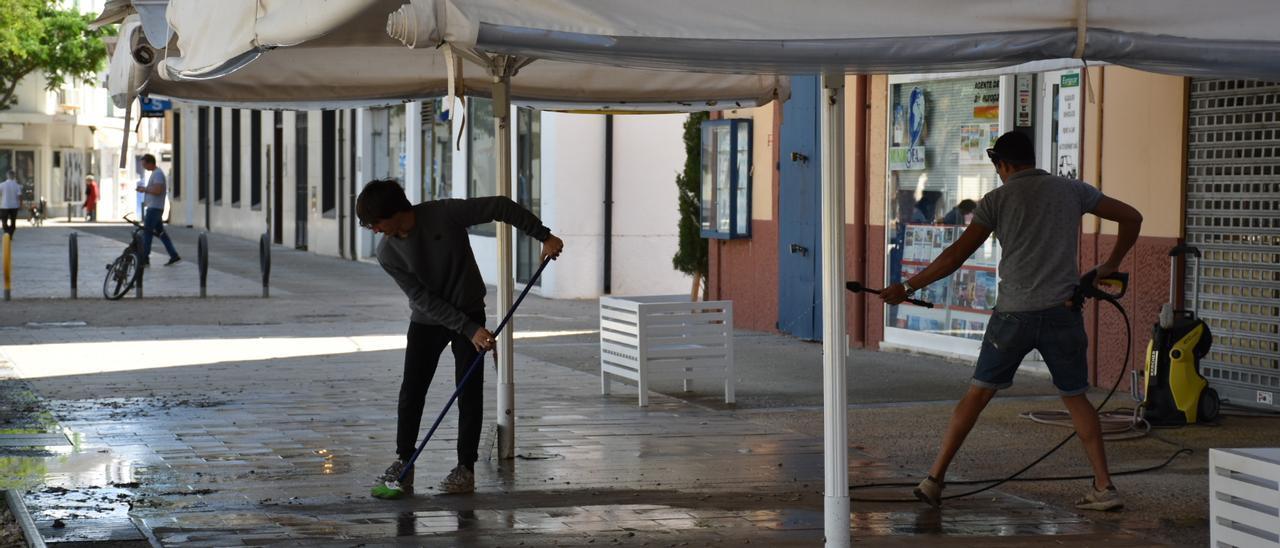 Trabajos para abrir una terraza tras el primer confinamiento. César Navarro