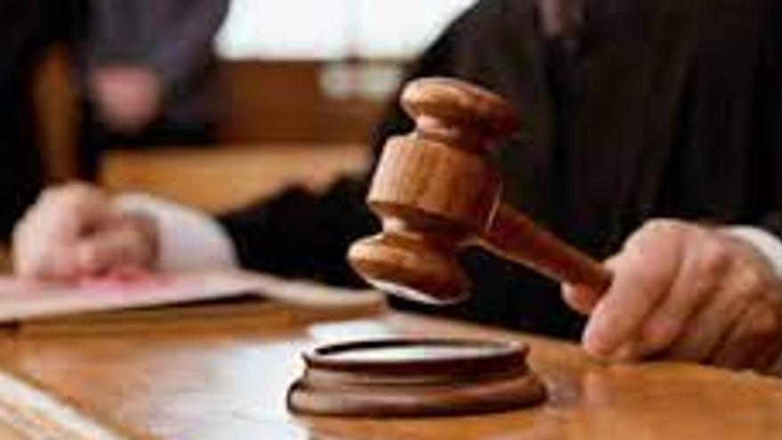 Dos años de prisión, multa y alejamiento para un avilesino que reconoce haber grabado a su hijastra en el baño