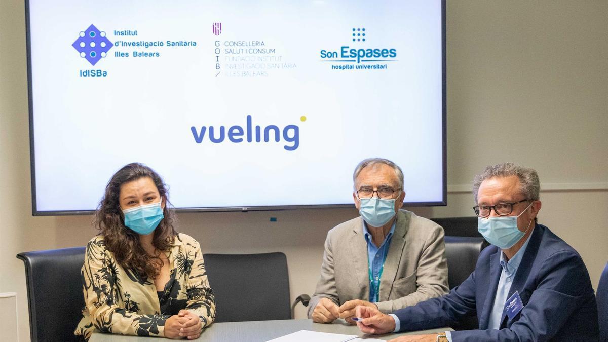 La responsable de Comunicación de Vueling, Tania Galesi; el director Científico del IdisBa, Miquel Fiol, y el director Gerente de Son Espases, Josep Pomar