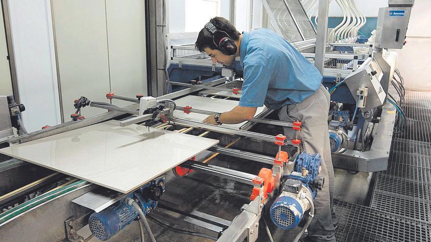Iberdrola suspende la revisión de contratos a la industria y da aire al azulejo