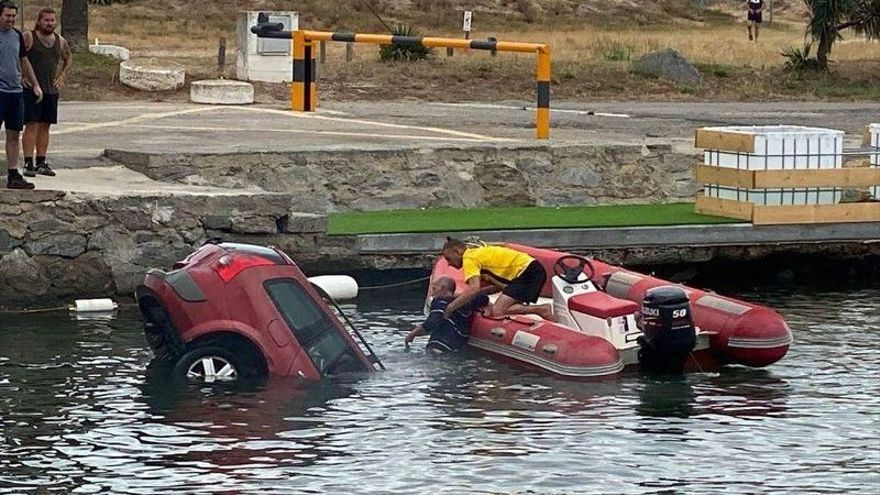 Un cotxe cau a un canal d'Empuriabrava