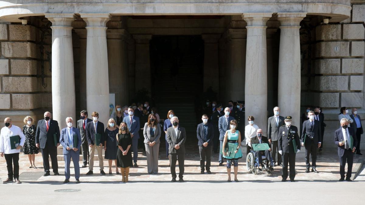 Los galardonado y la corporación municipal, en la puerta del Ayuntamiento al acabar el acto