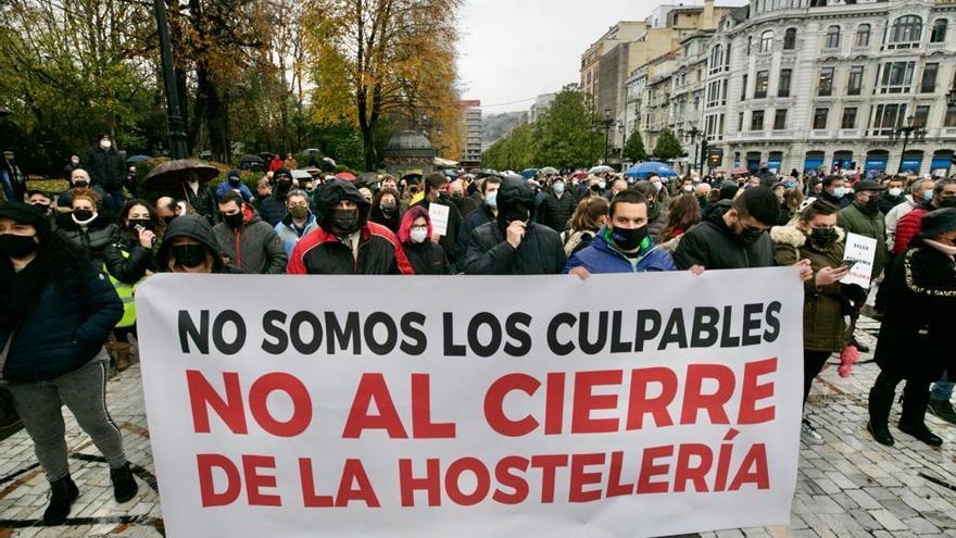 Más de un millar de hosteleros asturianos se concentra en Oviedo y los proveedores colapsan la capital con su protesta