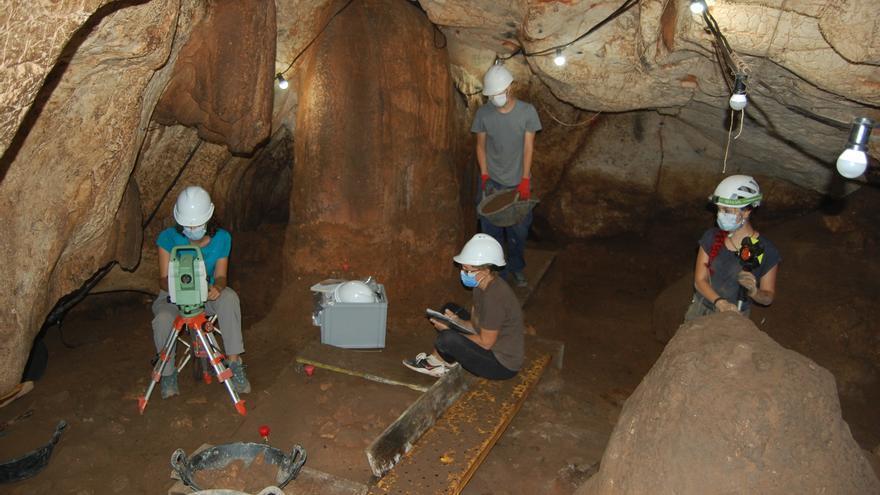 Hallan en la Cova del Randero de Pedreguer más restos humanos y una varilla de adorno del 2.700 a. C.