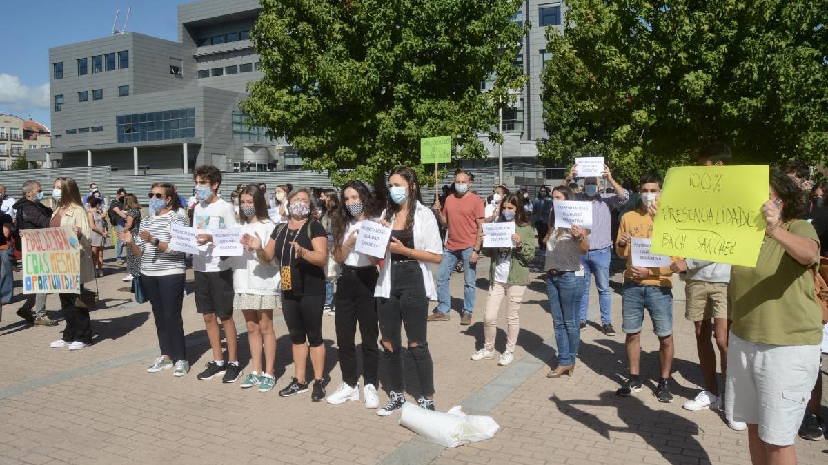 La protesta tuvo lugar ante la delegación de la Xunta en Campolongo.