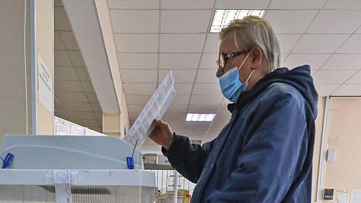 Una mujer en un colegio electoral de Moscú, ayer.