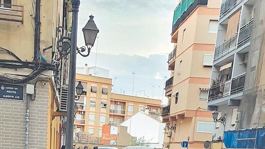 Diez encapuchados roban cientos de móviles en un asalto relámpago en Alfafar