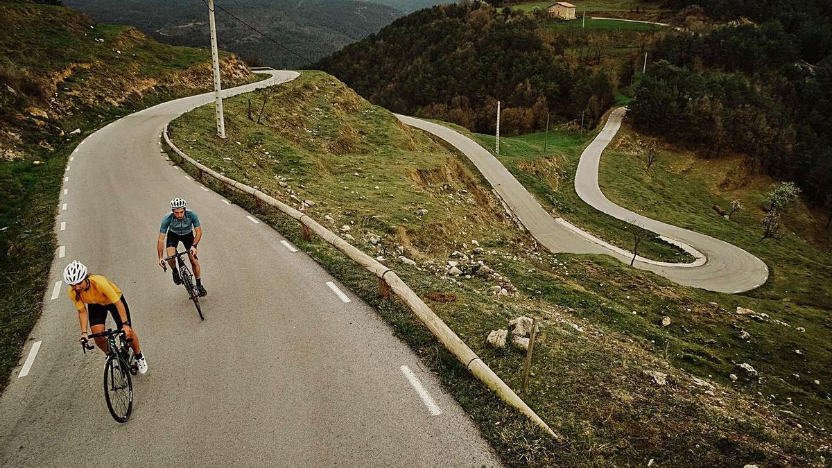 Uns ciclistes fent una de les etapes que tenen lloc a la Vall de Lord | TOUR DU LORD