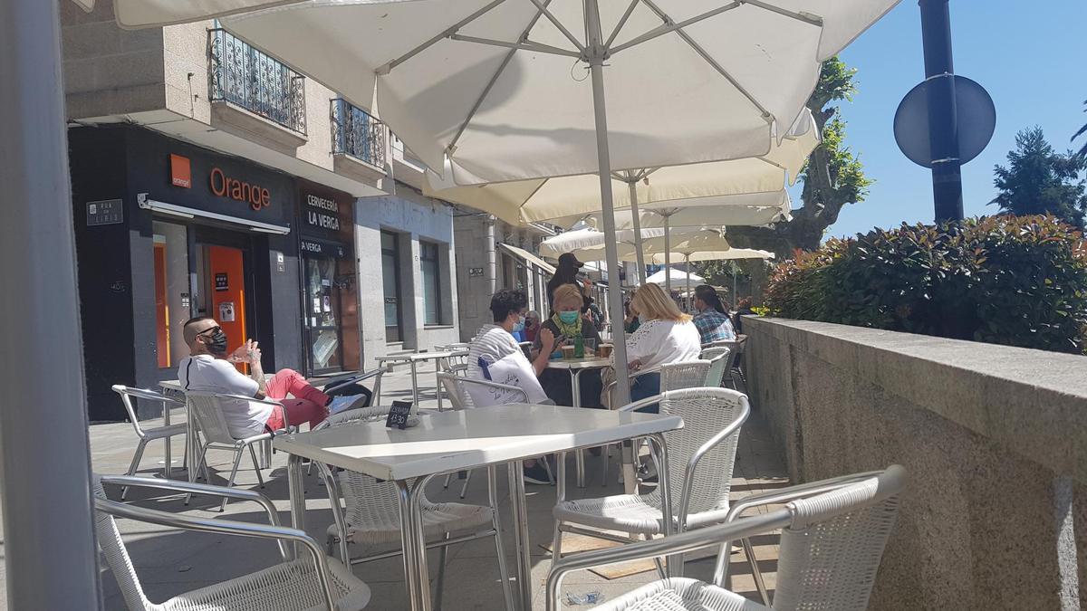 Una terraza de Cangas, esta mañana de mercadillo en la villa.