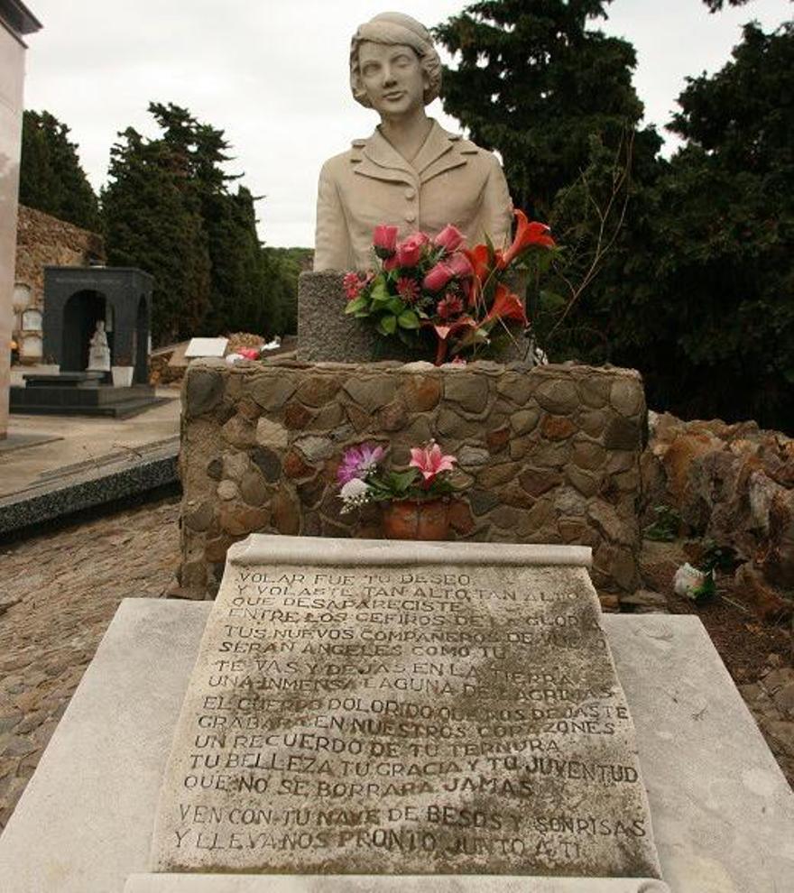 Tumba de la azafata Maribel Sastre fallecida en en el accidente aéreo. / Edwin Winkels