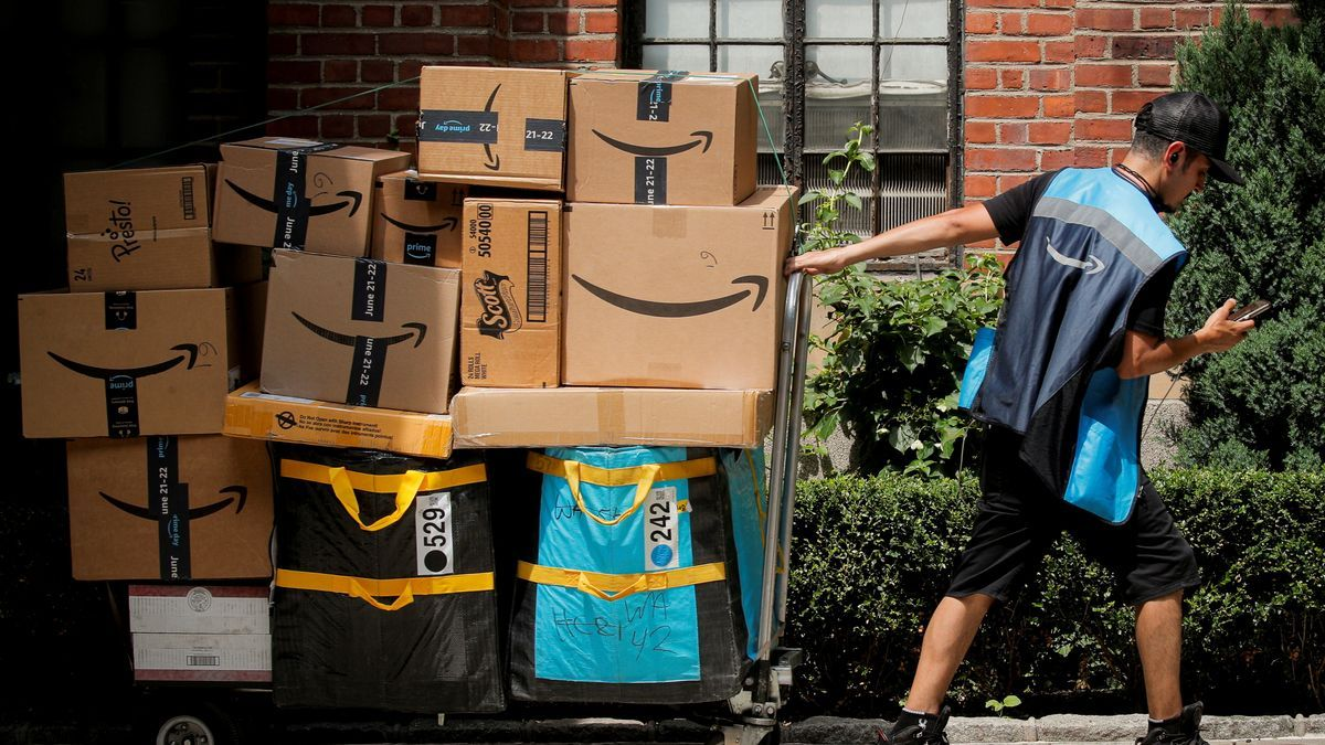Un repartidor durante el Prime Day de Amazon.