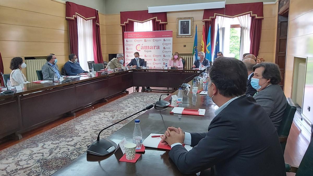 La reunión de los integrantes del comité ejecutivo de la Cámara de Comercio de Gijón con la Alcaldesa y los portavoces de los grupos políticos.