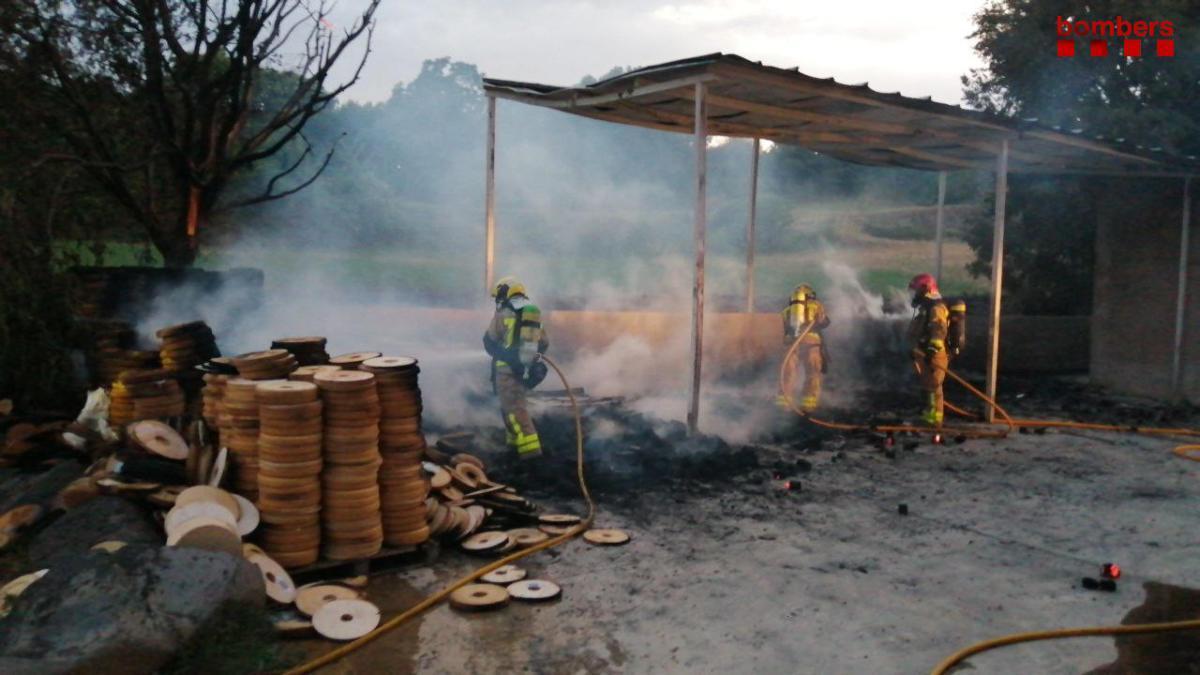 Els Bombers treballant en l'incendi