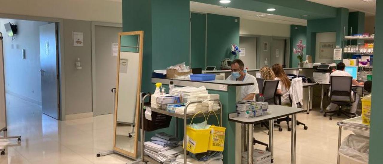 Sala covid del hospital de Gandia.   LEVANTE-EMV