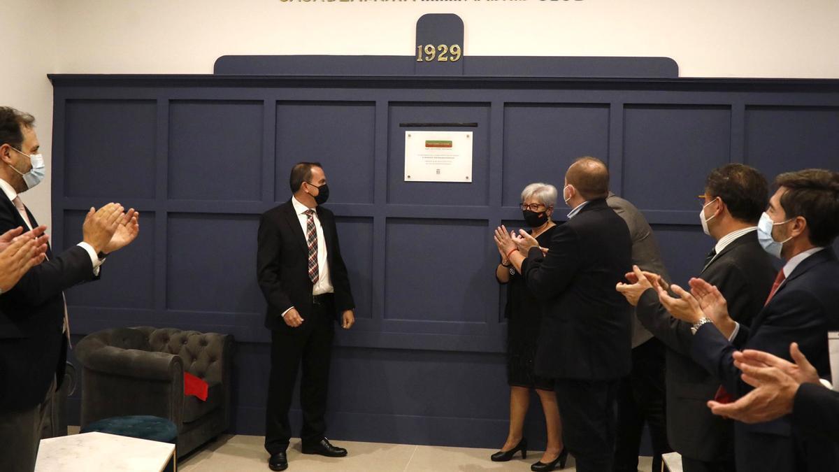 Requejo descubre la placa que de la inauguración de la nueva Casa de Zamora en Madrid.