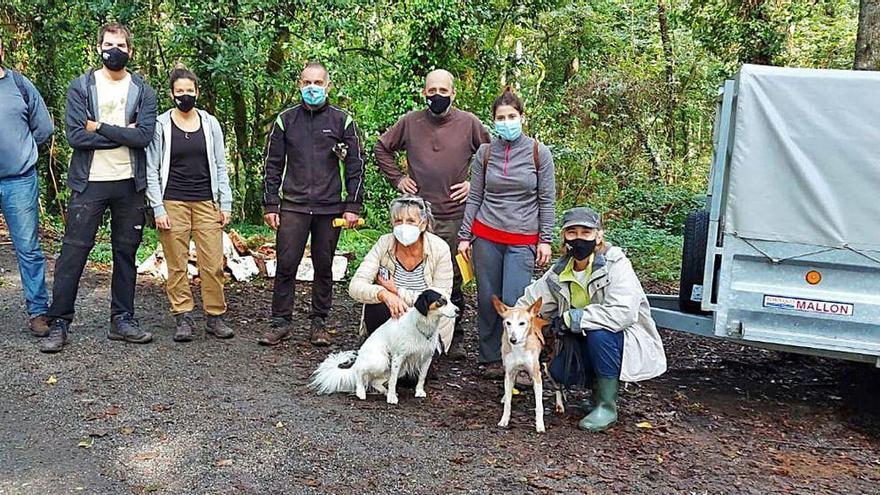 Ecologistas retiran basura acumulada durante décadas en Ponte da Ermida