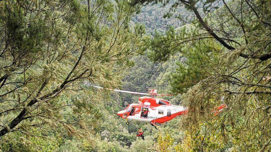 Evacúan a los ocupantes de un vehículo despeñado en La Palma