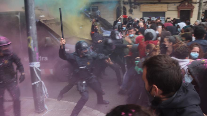 Càrrega policial i llançaments d'objectes i pintura en un desnonament a Barcelona