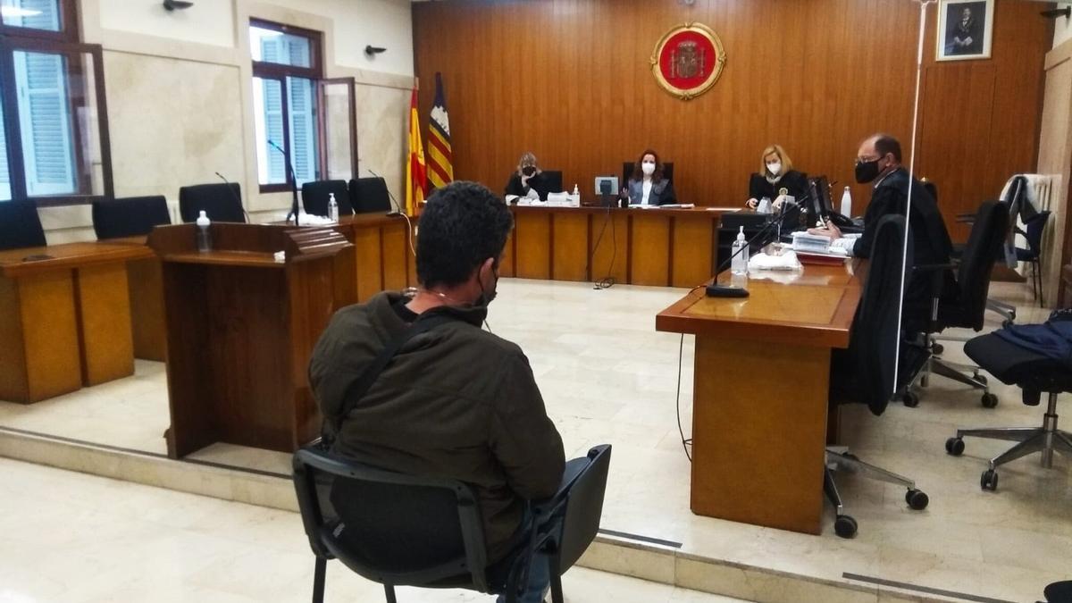 El acusado, en el banquillo de la Audiencia Provincial, ayer por la mañana.