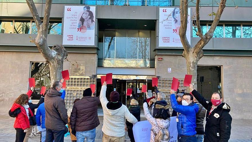 Los empleados del hospital le sacan una tarjeta roja a Sanidad