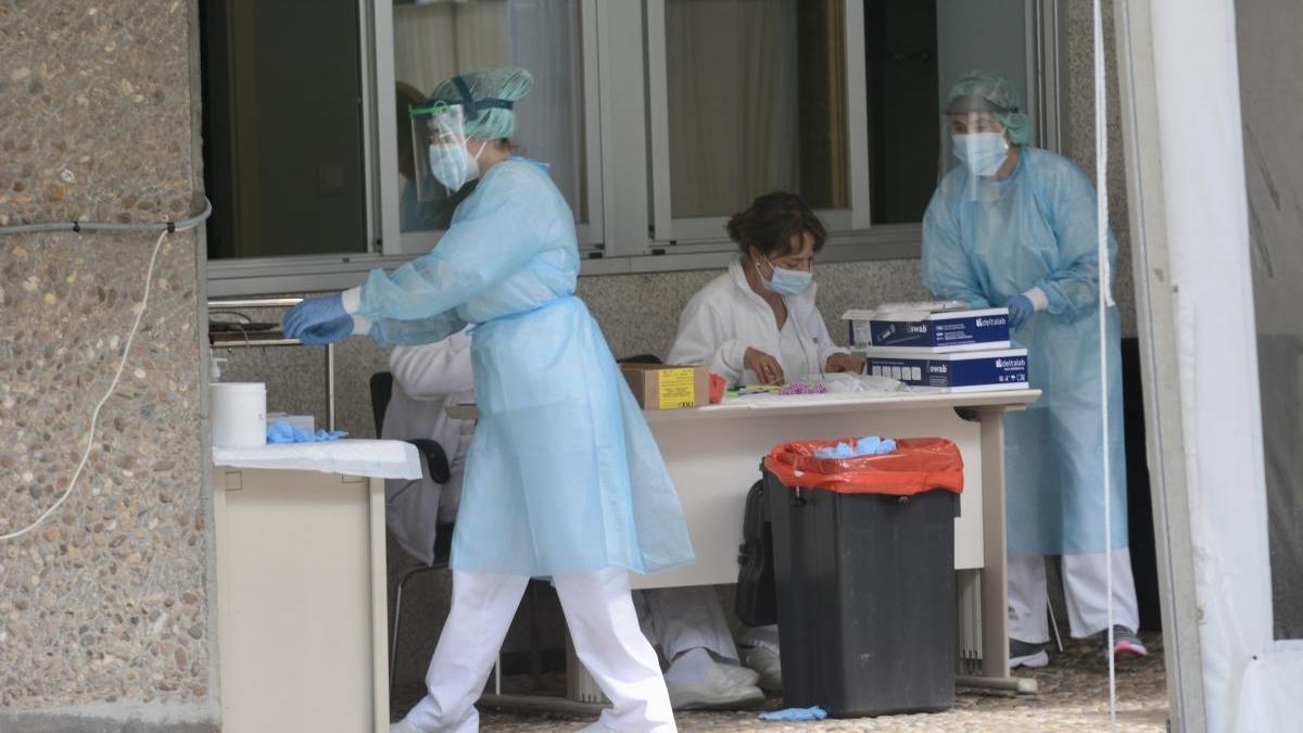 Sanitarias en el Hospital Provincial de Pontevedra realizando PCR en el Covid Auto. // Rafa Vázquez