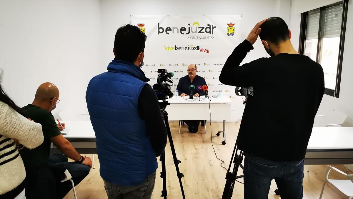 Imagen de la comparecencia de prensa de José Antonio García Gómez en Benejúzar