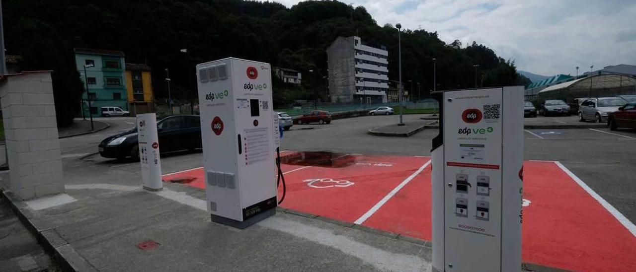 Cargadores de coches eléctricos junto al campus de Mieres.