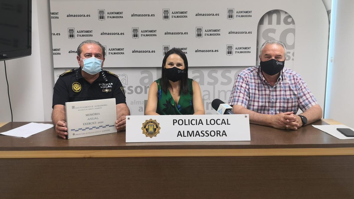 Galí (c), acompañada de Martí (d) y Verdoy, presentó la memoria de la Policía Local de Almassora referente al 2020.