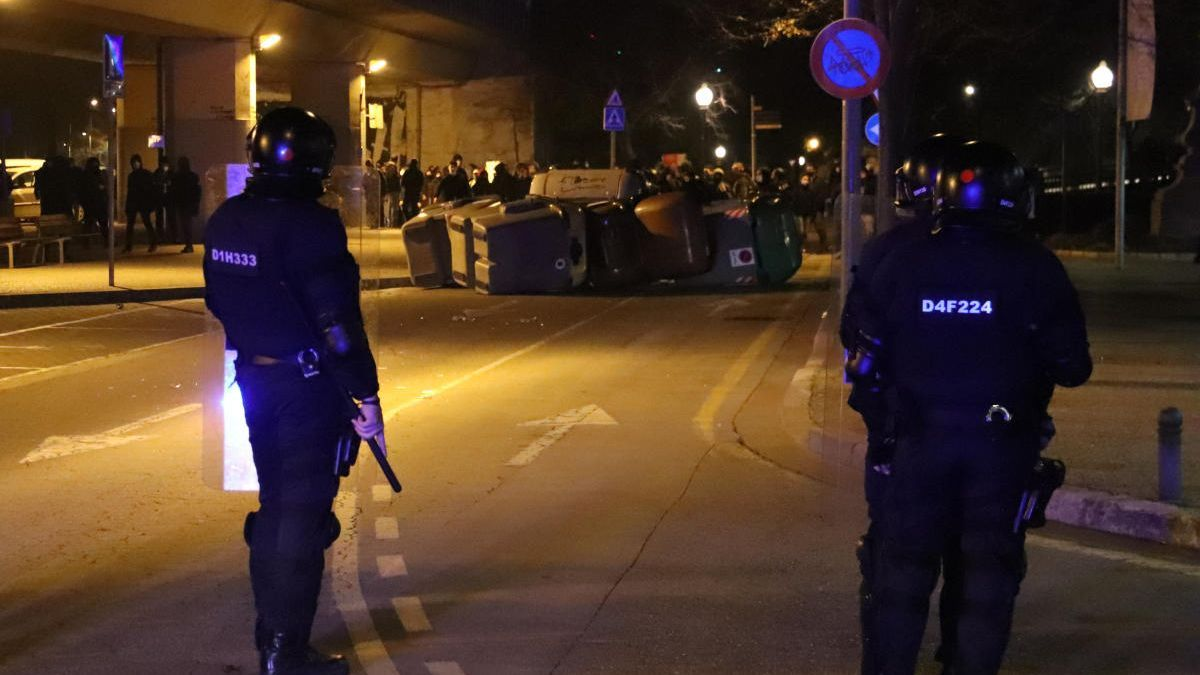 Pla general d'una barricada al passeig de Canalejas de Girona amb la línia de Mossos d'Esquadra.