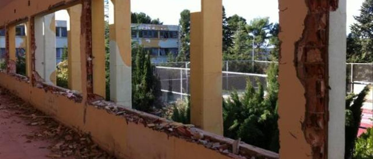 Ventanas y marcos arrancados en una de las galerías que dan a las antiguas instalaciones deportivas.