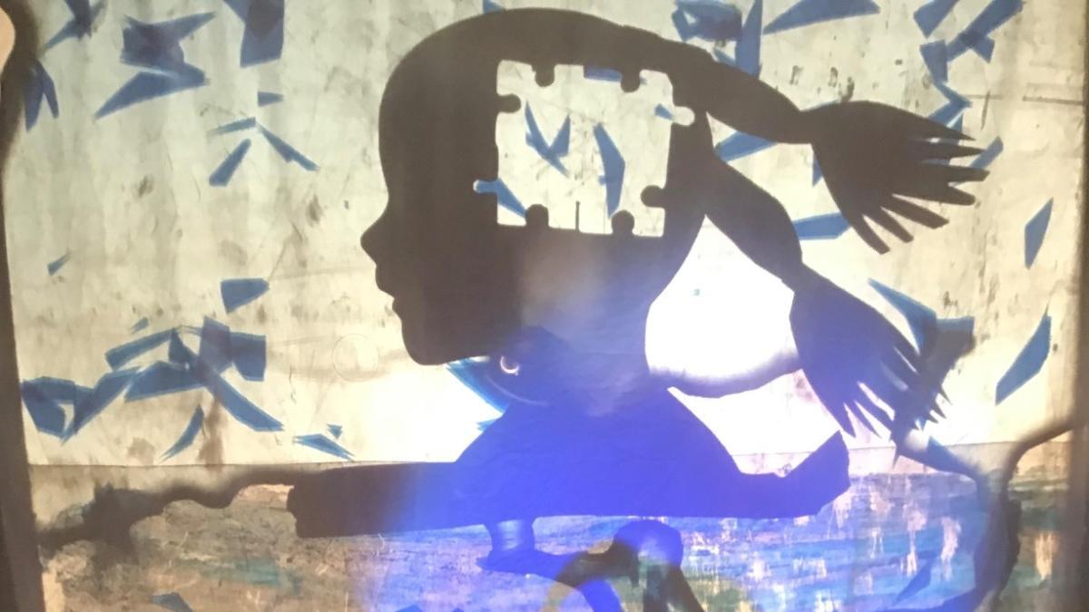 Los integrantes de Teatres de la Llum, con sombras azules en un montaje que realizaron.