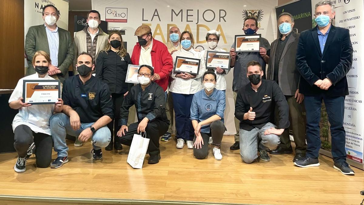 Foto de familia de los finalistas, con responsables del certamen y el alcalde de Villaviciosa, Alejandro Vega, primero por la izquierda.