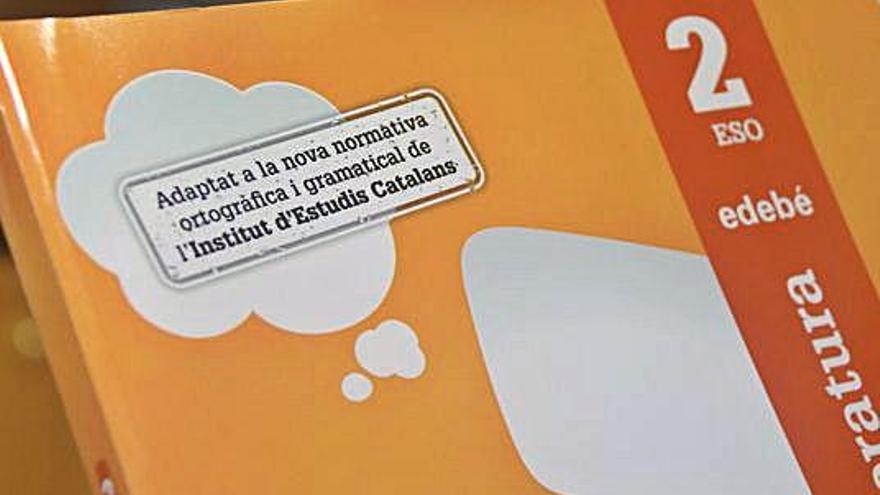 Els llibres de text de català s'adapten a la normativa canviada el 2017