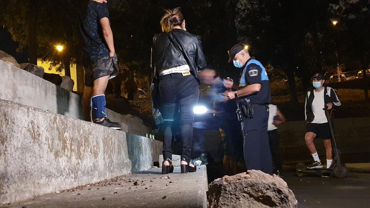 Un agente de la Policía Local de Santa Cruz interviene en una reunión de jóvenes.