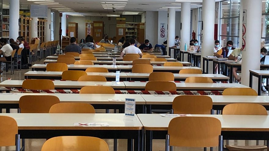 Antes faltaban sillas, ahora sobran mesas