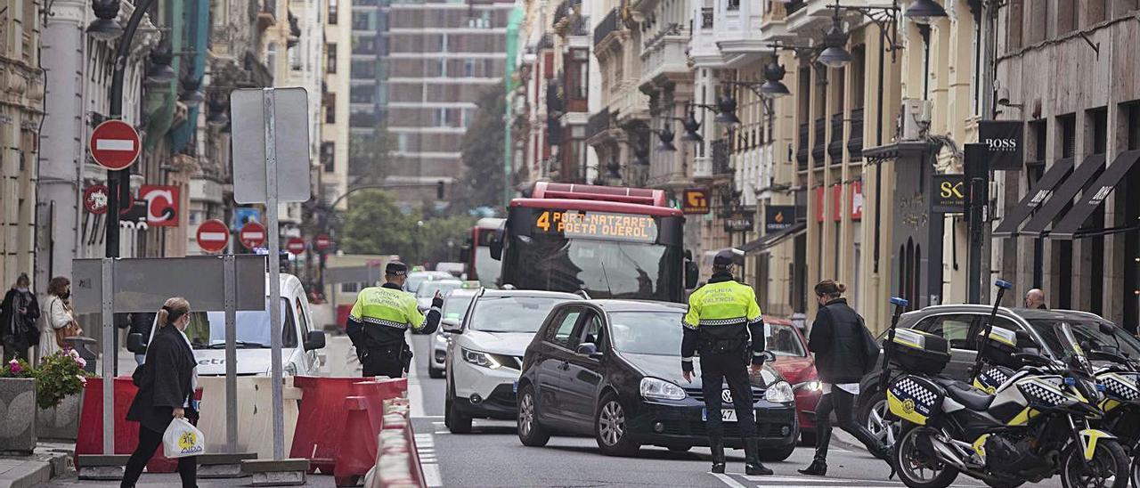 Calle de la Paz cortada al tráfico dirección plaza de la Reina por las obras de reordenación.   J.M. LÓPEZ