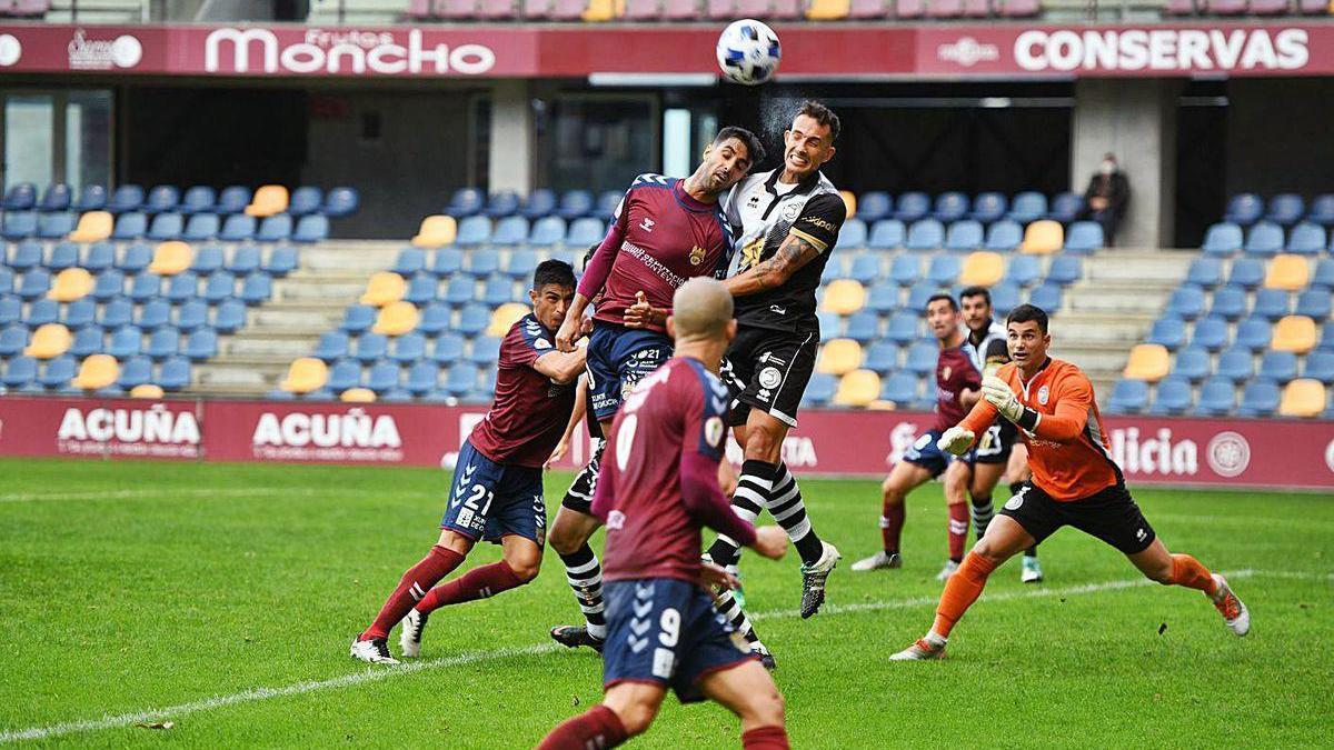 Un jugador de Unionistas despeja el balón ayer contra el Pontevedra.