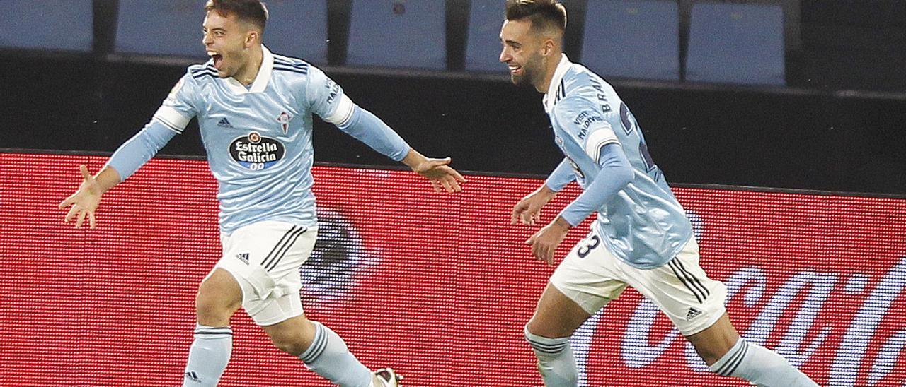 Beltrán celebra un gol en Balaídos con Brais.