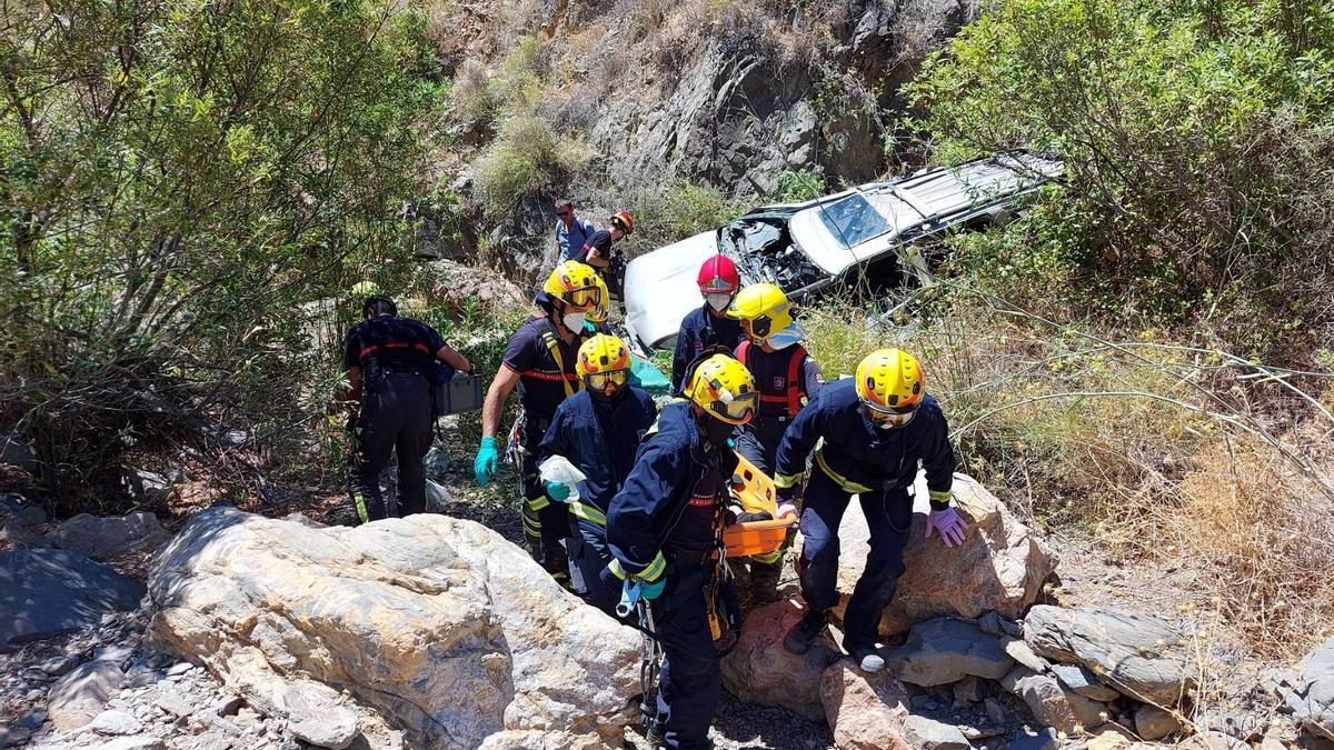 Bomberos de Malaga participan en el rescate de una persona en un accidente de tráfico
