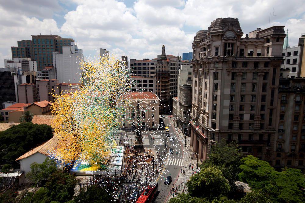 Liberan globos para celebrar el Fin de Año en Sao Paulo, Brasil.