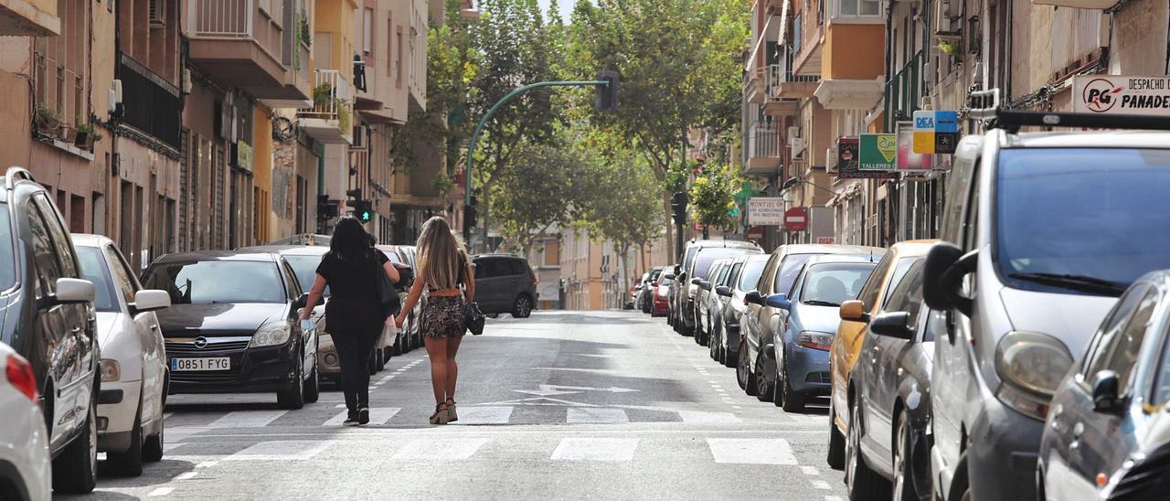 La calle Olgeario Domarco Seller, del barrio de Carrús, donde actualmente hay bandas de aparcamiento a ambos lados.   ANTONIO AMORÓS