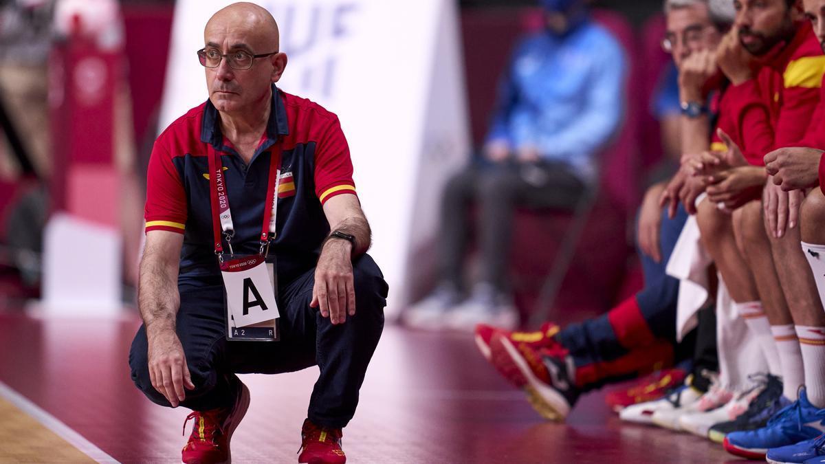 Jordi Ribera, seleccionador nacional de handbol, segueix atentament el partit